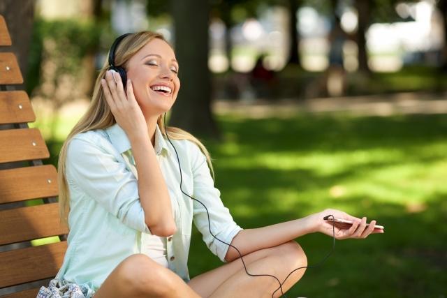 音楽を聞いている女性